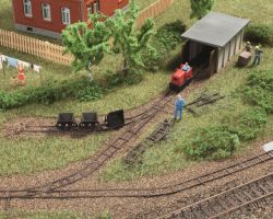 Feldbahnsetattrappe mit Loks